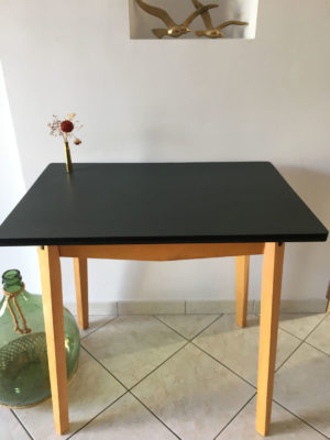 Table  petite table repeinte en charbon, pieds droits