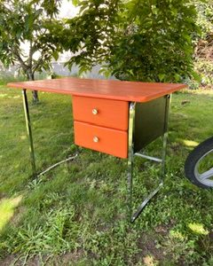 Bureau vintage orange en skaï et chrome  -  Le métal