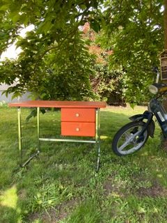 Bureau vintage orange en skaï et chrome  -  Le métal