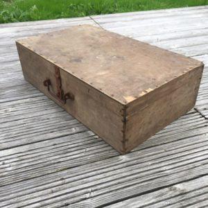 Ancienne boîte / coffre en bois  -  La décoration