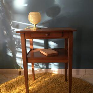 Table d'appoint en bois  -  La décoration