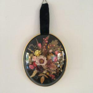 Cadre ovale de fleurs séchées  -  La décoration