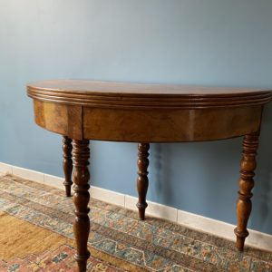 Ancienne table / console demi lune en Noyer  -  La maison
