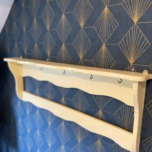 Etagère murale en bois peint  -  La décoration