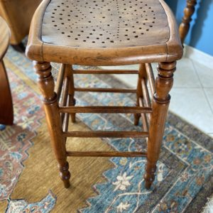 Ancien tabouret de bar en bois  -  La maison