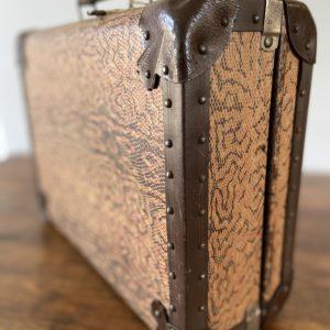 Ancienne valise en carton  -  La décoration