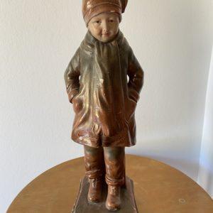Statuette jeune garçon en plâtre polychrome  -  La décoration